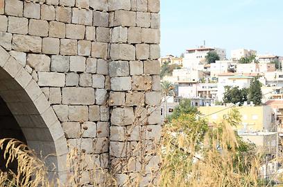 מ-4 המגדלים נותרו רק שניים באגפו הצפוני. שרידי המבצר הצלבני (צילום: שחר גל-נור) (צילום: שחר גל-נור)