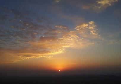 אנכי במערב ושמש במזרח. זריחה מעל המכתש (צילום: זיו ריינשטיין) (צילום: זיו ריינשטיין)