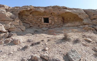 """ה""""מחזן"""". מחסן בנוי מאבנים באמצע המדבר לשימוש הבדואים (צילום: זיו ריינשטיין) (צילום: זיו ריינשטיין)"""