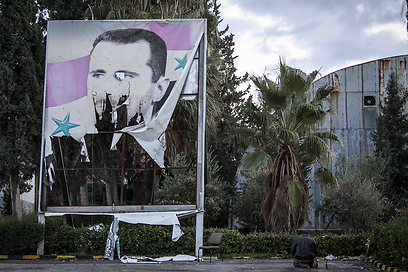 הסוף קרוב? מורדים תולשים כרזה של אסד (צילום: AP) (צילום: AP)