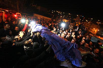 גופתו של הנער הפלסטיני ההרוג, אמש בחברון (צילום: EPA) (צילום: EPA)
