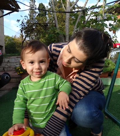 האם תזונה טבעונית מסוכנת לילדים? טל חייקין ובנה ינאי (צילום: נועה לזר) (צילום: נועה לזר)