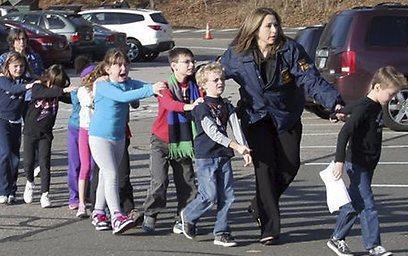 תלמידים בבית הספר מובלים אל מקום מבטחים (צילום: AP) (צילום: AP)