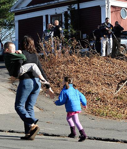 אם וילדיה נמלטים באזור (צילום: AP) (צילום: AP)