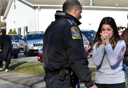 הבהלה מחוץ לבית הספר בקונטיקט (צילום: AP) (צילום: AP)