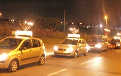 """210 כלי רכב מפיצי אור, שעלותם הכוללת כ-120 אלף שקלים (צילום: באיבות צעירי חב""""ד) (צילום: באיבות צעירי חב"""