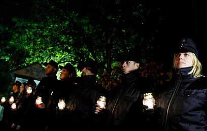 """פעילי יוביק מדליקים נרות לזכר קורבנות פלסטינים ב""""עמוד ענן"""" (צילום: רויטרס) (צילום: רויטרס)"""