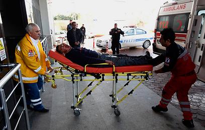 בבית החולים בדמשק נרשם מחסור במשחות לטיפול בכוויות. פצוע סורי בטורקיה (צילום: רויטרס) (צילום: רויטרס)