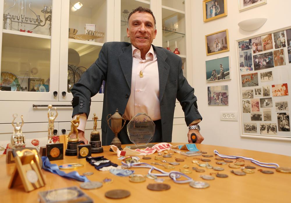 אברהם תשובה עם הגביעים והמדליות (צילום: ראובן שוורץ) (צילום: ראובן שוורץ)