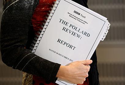 """עיתונאית מחזיקה בדו""""ח פולרד (צילום: EPA)"""