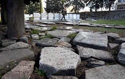 """""""זו ההיסטוריה שלנו"""". שרידי המצבות שנמצאו (צילום: AP) (צילום: AP)"""