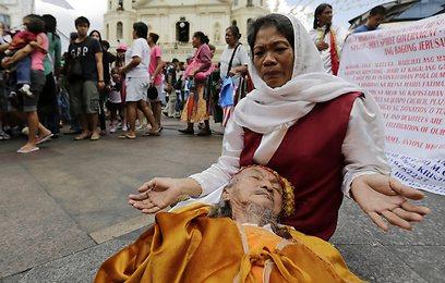 טקס ריפוי לכבוד היו םהגדול בכנסייה בפיליפינים (צילום: EPA) (צילום: EPA)