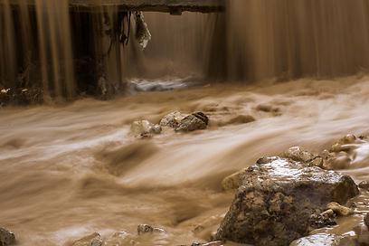 שיטפון באזור ים המלח. המפלס ממשיך לרדת (צילום: אוהד צויגנברג) (צילום: אוהד צויגנברג)