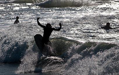 תופסים גלים בחוף גורדון בתל-אביב  (צילום: ירון ברנר) (צילום: ירון ברנר)