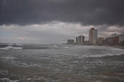תל-אביב ביום של סערה (צילום: רובי סופר) (צילום: רובי סופר)