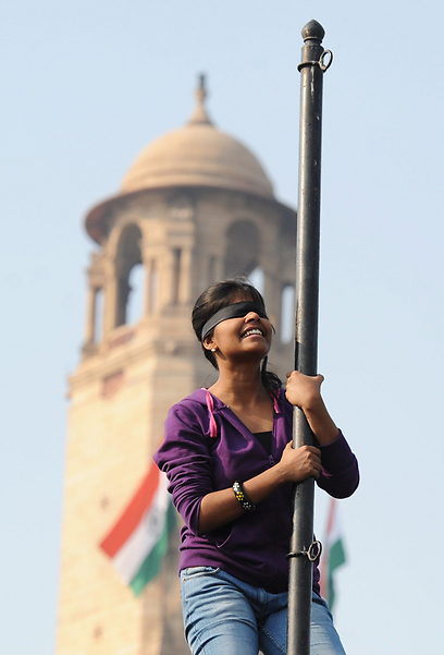 מפגינה קשרה עצמה לעמוד מול הארמון הנשיאותי בניו דלהי (צילום: AFP) (צילום: AFP)