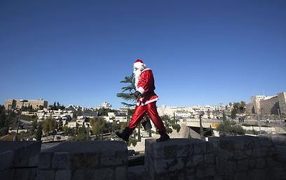 סנטה על החומה בירושלים (צילום: AFP) (צילום: AFP)