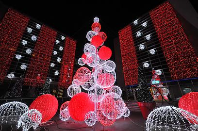 עץ אשוח ענקי לחג המולד בצבעי סנטה קלאוס בנאנט, צרפת (צילום: AFP) (צילום: AFP)
