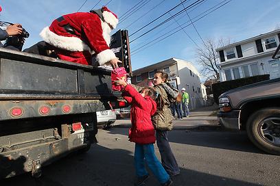 מתנות לילדים בסטטן איילנד, ניו-יורק (צילום: AFP) (צילום: AFP)