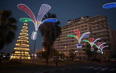 נורות צבעוניות מאירות גם את רחובותיה של בירת סנגל (צילום: AP) (צילום: AP)