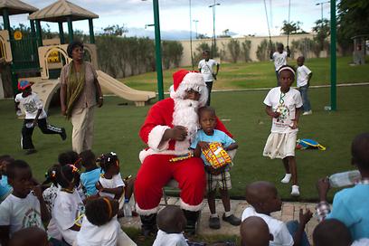 להאיטי, שלוש שנים אחרי רעש האדמה, סנטה בא להפיח מעט תקווה (צילום: AP) (צילום: AP)