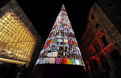 לבנונים מתקבצים סביב עץ חג מולד מקושט בבירה ביירות (צילום: EPA) (צילום: EPA)