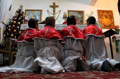 ילדים עיראקים מתפללים לשלום בסוריה ובעיראק, ערב חג המולד (צילום: רויטרס) (צילום: רויטרס)