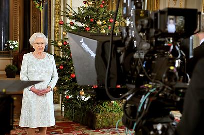 המלכה אליזבת מקליטה ברכה מיוחדת לחג המולד (צילום: Gettyimages) (צילום: Gettyimages)