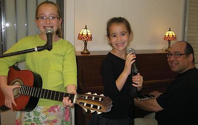 """""""חשוב לתת להם לשיר, לא להחניק את קולן"""". לני סלומון ובנותיו, אביגיל ושני (צילום: ג'יני סולומון) (צילום: ג'יני סולומון)"""
