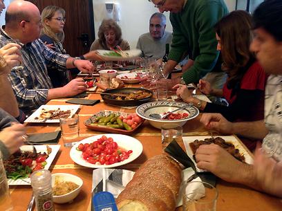 זמן איכות עם המשפחה והחמין (צילום: רפי אהרונוביץ') (צילום: רפי אהרונוביץ')