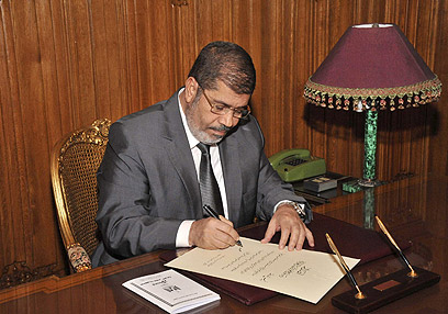 Morsi signs new constitution (Photo: AP)