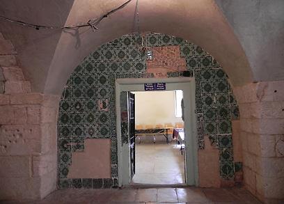 וכך המתחם נראה לפני. אריחי הקרמיקה העות'מניים (צילום: זיו ריינשטיין) (צילום: זיו ריינשטיין)