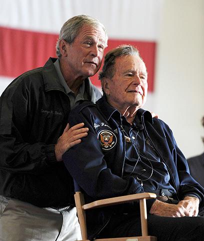 """בוש האב ובוש הבן. """"הדימוי שלו השתפר רק בהשוואה לכהונת בנו"""" (צילום: רויטרס)"""