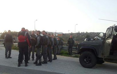 Security forces at Oz Zion outpost (Photo: Akiva Novik)