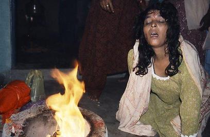 אישה הודית בטראנס (צילום: יותם יעקבסון) (צילום: יותם יעקבסון)