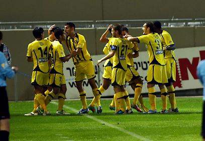 השחקנים הצהובים חוגגים עוד שער נגד ההגנה החלשה של חיפה (צילום: ראובן שוורץ) (צילום: ראובן שוורץ)