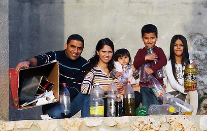 """""""בטיולים אני מנקה לכלוך של אחרים"""". משפחת גדיר (צילום: אלעד גרשגורן) (צילום: אלעד גרשגורן)"""