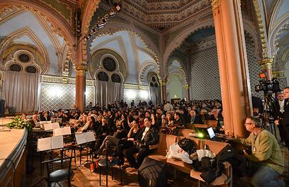 """אין זכר לבית הכנסת באולם הקונצרטים המפואר שבאוז'הורוד (צילום: נתן רועי וולרי מוחמטדינוב, """"לימוד"""") (צילום: נתן רועי וולרי מוחמטדינוב,"""
