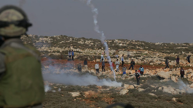 ארכיון. עימות בין פלסטינים ולמתנחלים מאש קודש (צילום: אלכס קולומויסקי, ידיעות אחרונות) (צילום: אלכס קולומויסקי, ידיעות אחרונות)