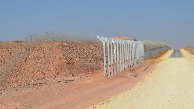 Construction on a Jordanian border fence near Eilat is still ongoing (Photo: Meir Ohayon)