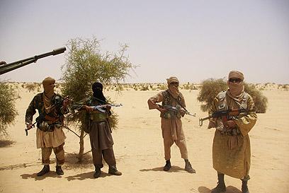 אנשי אל-קאעידה ליד טמבוקטור בצפון המדינה (צילום: AP) (צילום: AP)