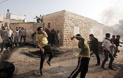 מהומות בכפר טמון, אתמול (צילום:  AFP) (צילום:  AFP)