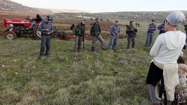 IDF Soldiers face Jewish settlers. (Photo: Gil Yohanan) (Photo: Gil Yohanan)