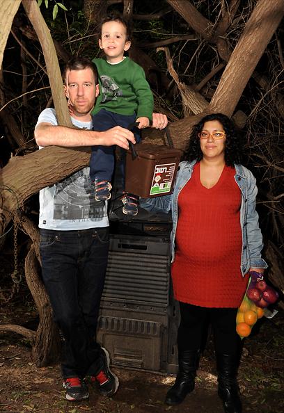 """""""התולעים אוכלות בקצב שלא ייאמן."""" משפחת מירז (צילום: יובל חן) (צילום: יובל חן)"""