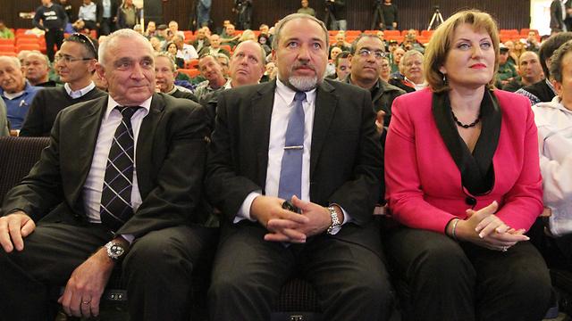 """ח""""כ קירשנבאום וח""""כ אהרונוביץ' בכנס הבחירות עם יו""""ר המפלגה (צילום: עידו ארז) (צילום: עידו ארז)"""