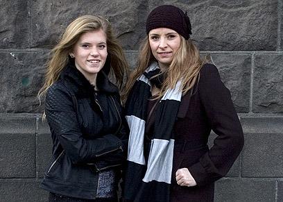 בלאר (משמאל) ואמהּ. הן יגיעו עם זה עד לבית המשפט העליון (צילום: AP) (צילום: AP)