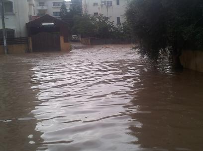 צומת בטייבה הפך לאגם (צילום: חסן שעלאן) (צילום: חסן שעלאן)