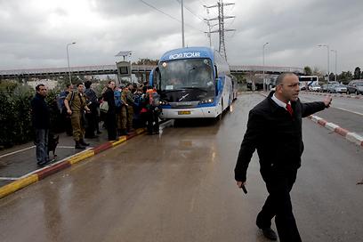 אין רכבות בהרצליה, הנוסעים מחכים לאוטובוס (צילום: אמיר לוי) (צילום: אמיר לוי)