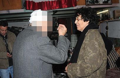 נאדיה כהן עם ע' ממג'דל שאמס, שהיה אז חייל סורי וראה כיצד תולים את אלי כהן. ע' חלק עם נדיה את רגעיו האחרונים של בעלה (צילום: גיל ברנר)