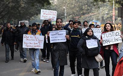 גברים ונשים מפגינים יחד נגד מעשי האונס (צילום: AFP) (צילום: AFP)